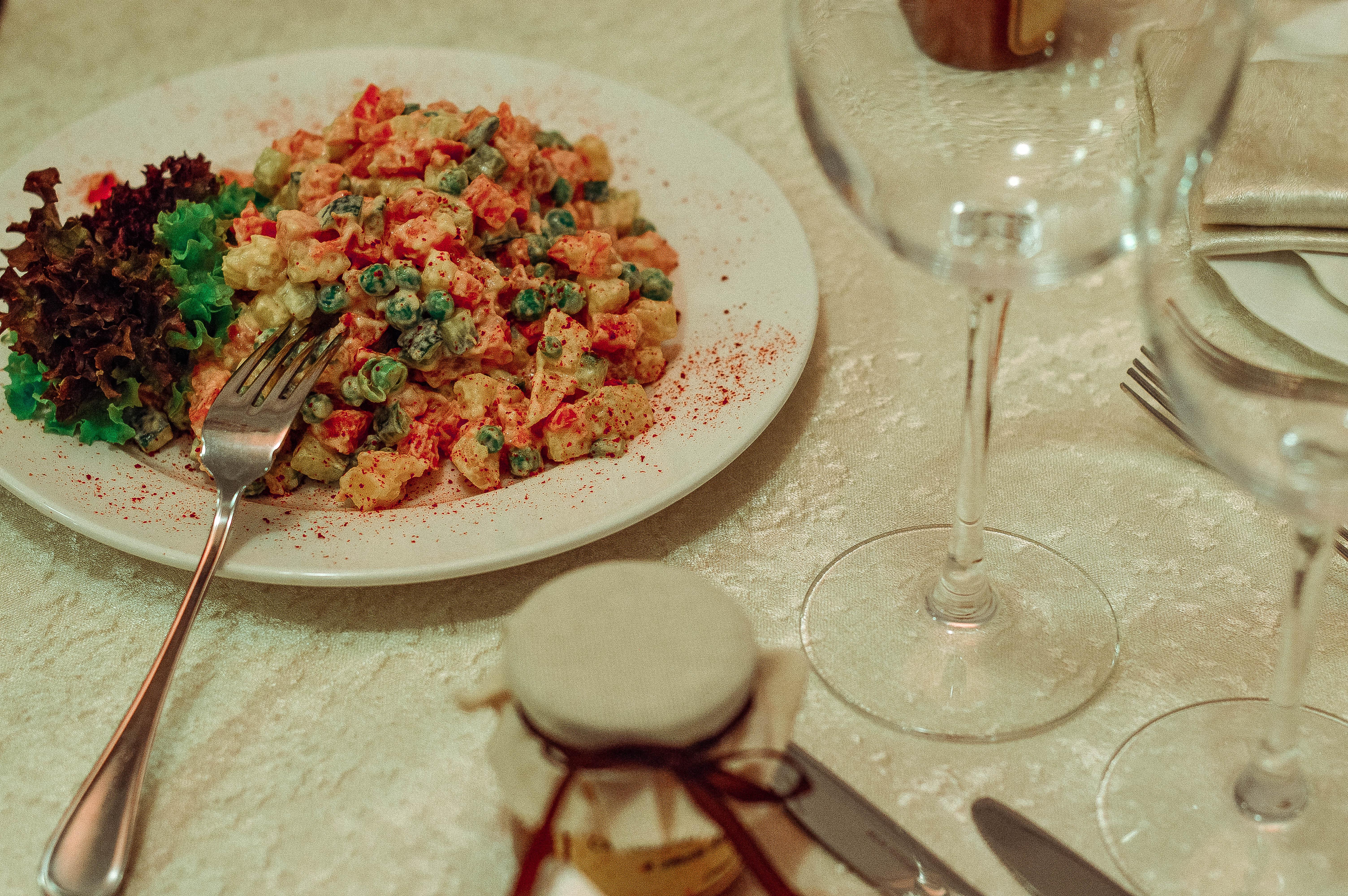 праздничный стол, еда, оливье, салат