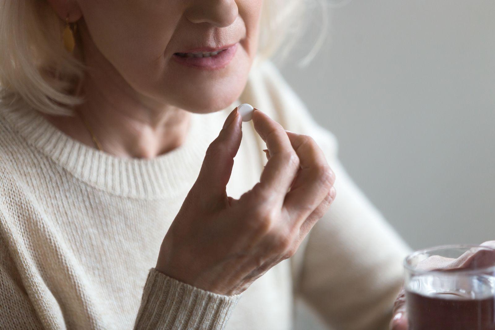 zhenschina-pjet-tabletku